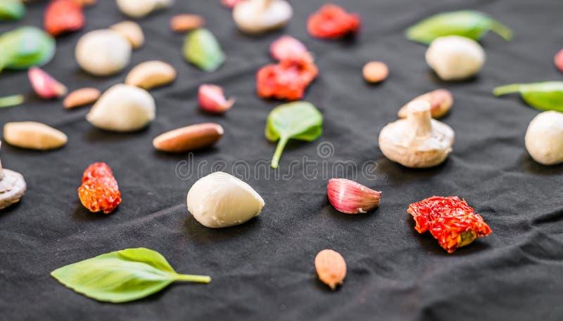 Auswahl von verschiedenen italienischen Lebensmittelinhaltsstoffen gegen schwarzen Hintergrund stockfotos