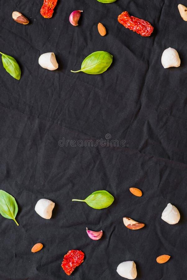 Auswahl von verschiedenen italienischen Lebensmittelinhaltsstoffen gegen schwarzen Hintergrund lizenzfreie stockbilder