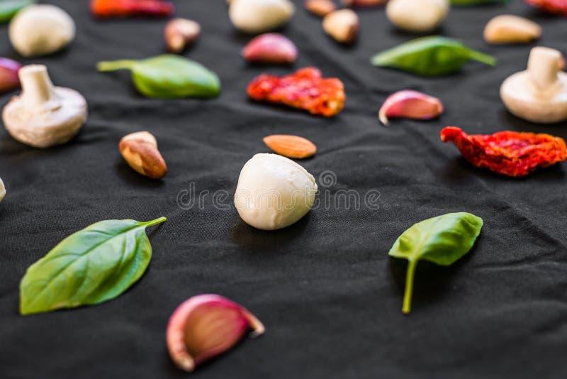 Auswahl von verschiedenen italienischen Lebensmittelinhaltsstoffen gegen schwarzen Hintergrund stockfoto