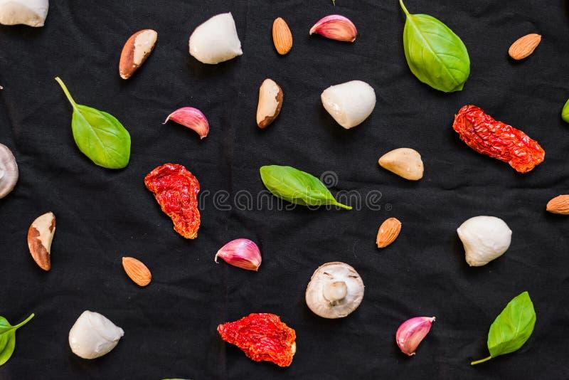 Auswahl von verschiedenen italienischen Lebensmittelinhaltsstoffen gegen schwarzen Hintergrund lizenzfreies stockfoto