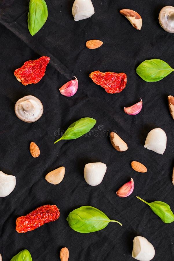 Auswahl von verschiedenen italienischen Lebensmittelinhaltsstoffen gegen schwarzen Hintergrund lizenzfreie stockfotos
