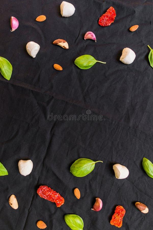 Auswahl von verschiedenen italienischen Lebensmittelinhaltsstoffen gegen schwarzen Hintergrund stockfotografie