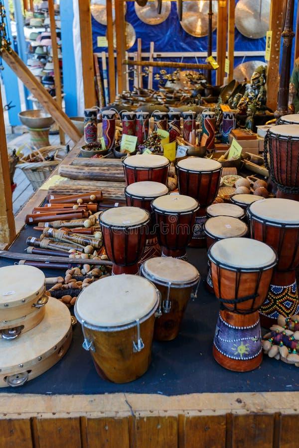 Auswahl von verschiedenen Musikinstrumenten im Verkauf stockbild