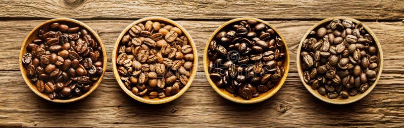 Auswahl von verschiedenen Röstkaffeebohnen stockfotos