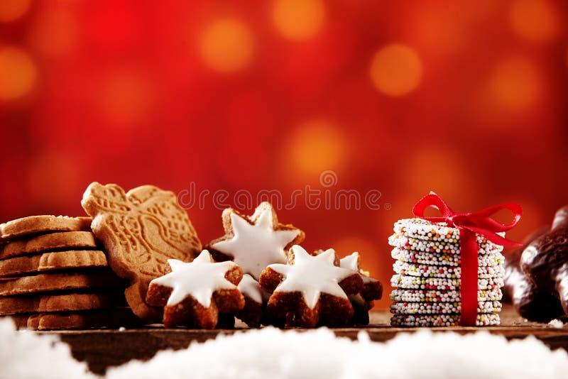 Auswahl von Weihnachtsplätzchen in einem Stillleben stockfotografie