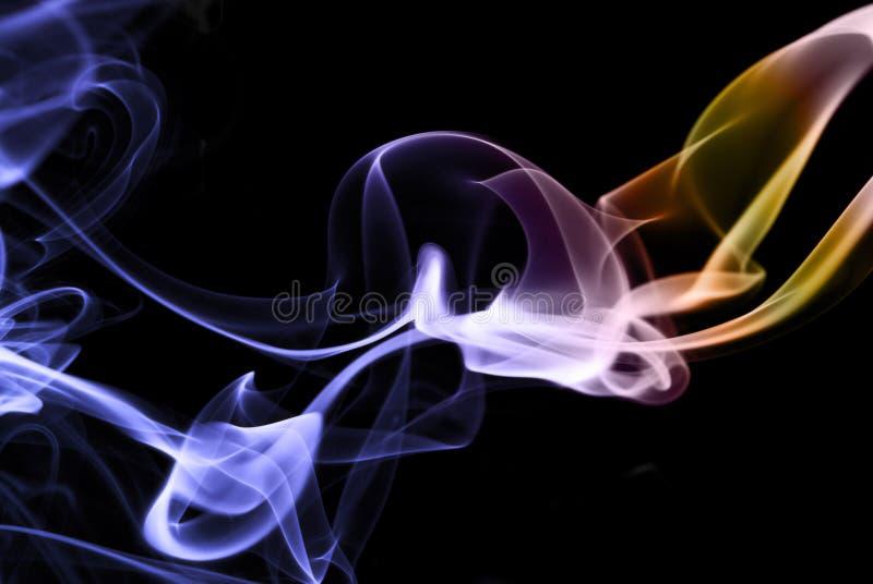 Auszug des farbigen Rauches auf dem Schwarzen, horizontal lizenzfreie stockbilder