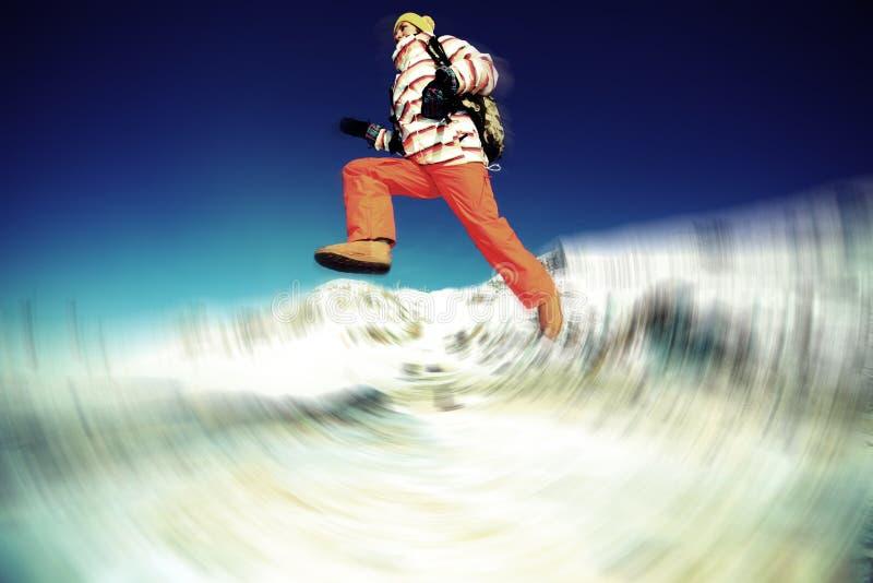 Auszug des Mädchens springend in Winter lizenzfreies stockbild