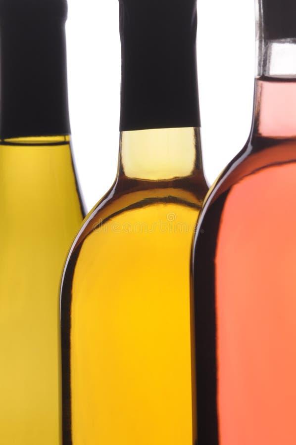 Auszug nah oben von drei Wein-Flaschen lizenzfreie stockbilder
