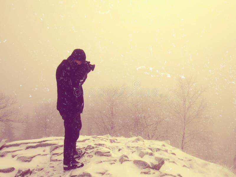 Auszug Wanderer in der warmen Jacke genießen Ansicht über schneebedeckte Wolken Winterbergspitze stockbild