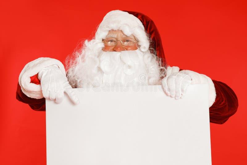 Auténtico Papá Noel con fondo rojo en blanco. Espacio para el diseño imagen de archivo libre de regalías