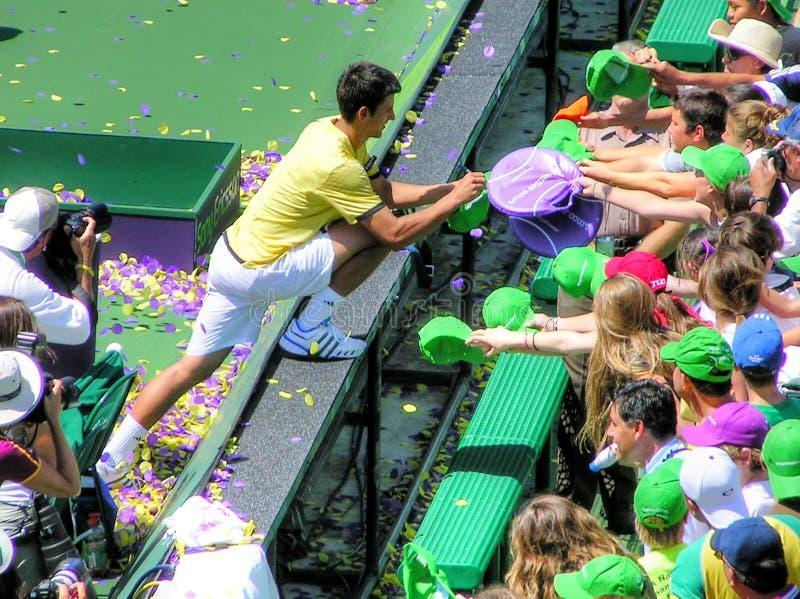 Autógrafos de assinatura de Novak Djokovic do jogador de tênis superior para fãs imagem de stock royalty free