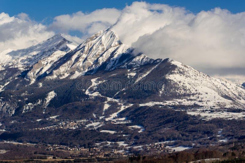 Autane menudo y grande en el invierno, Champsaur, montañas, Francia imagen de archivo libre de regalías