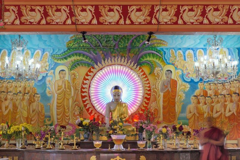 Autel à l'intérieur de temple bouddhiste de Mangala Vihara photos libres de droits