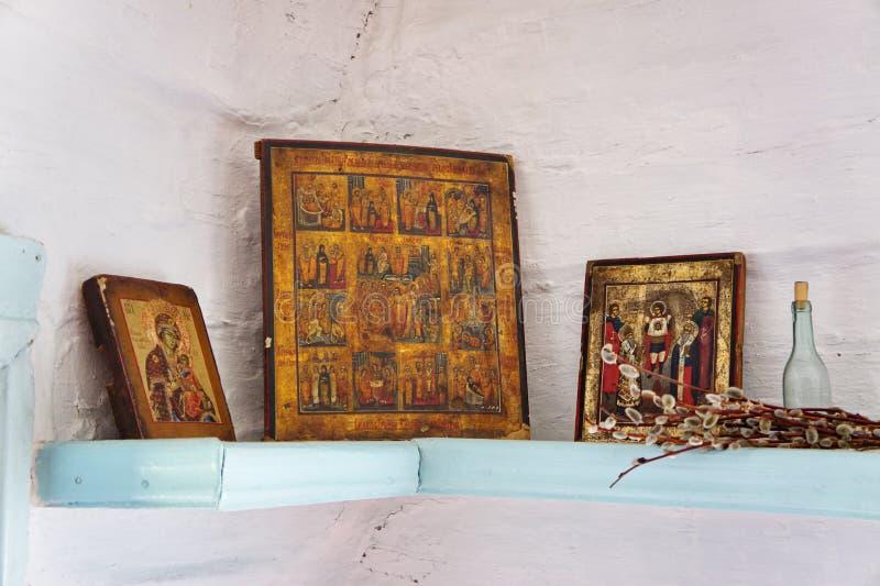Autel antique dans le coin d'une maison de village. images stock