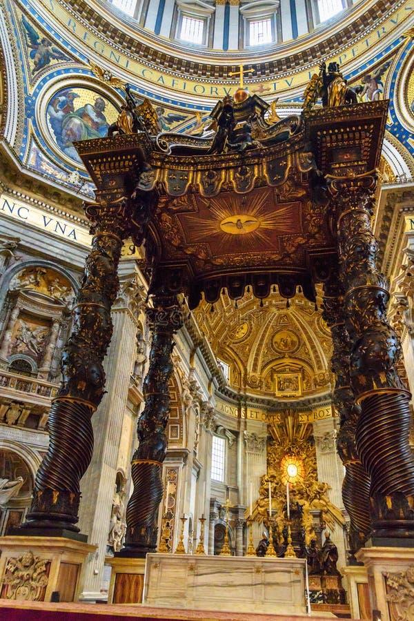 Autel avec le baldacchino de Bernini Intérieur de la basilique de St Peter à Vatican images libres de droits
