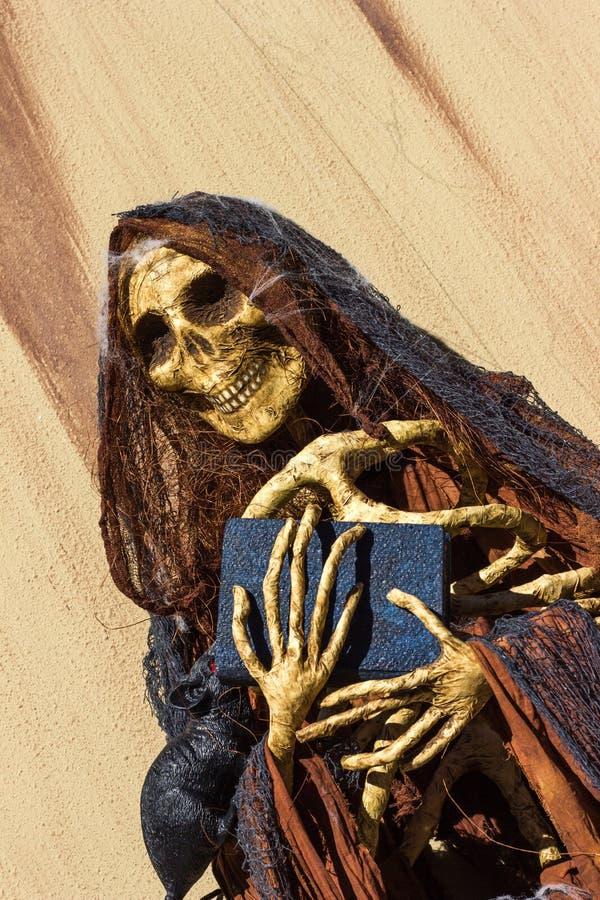 Autel avec le crâne fait de livre et chapelet de participation de papier image stock