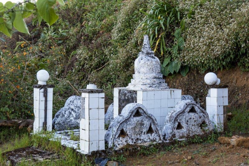 Autel blanc antique dans la cour du temple bouddhiste images libres de droits