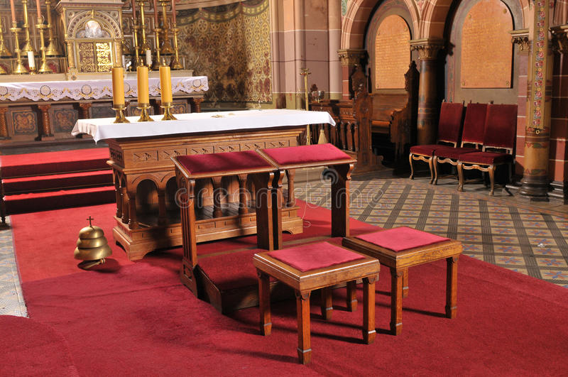 Autel catholique dans l'église photographie stock