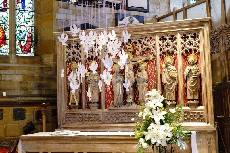 Autel d'église avec les colombes décoratives blanches accrochantes images libres de droits