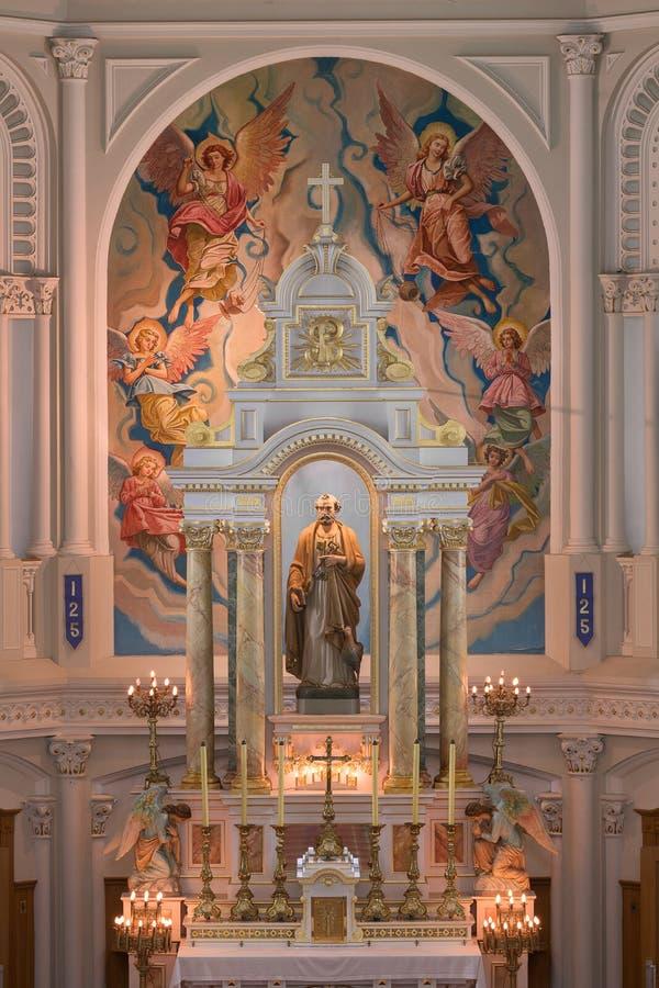 Autel d'église catholique du ` s de St Peter images stock