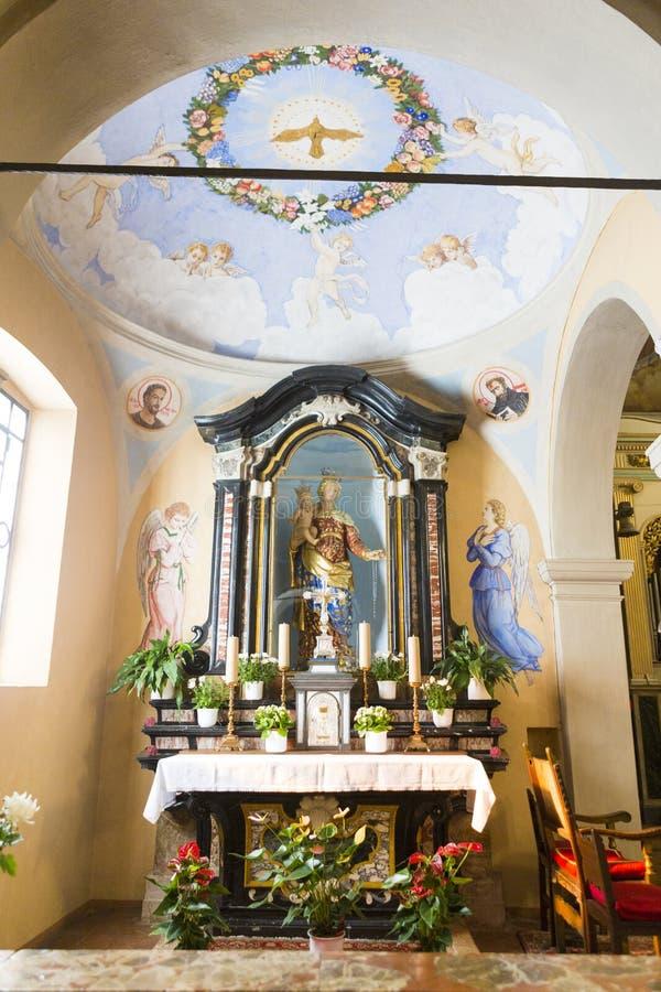 Autel d'église de Santi Simone e Fedele photographie stock libre de droits