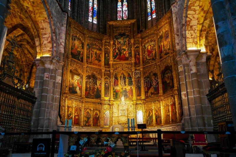 Autel dans la cathédrale d'Avila images stock