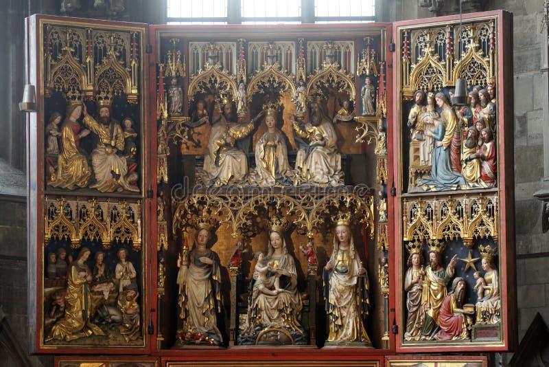 Autel dans la cathédrale du ` s de St Stephen à Vienne images libres de droits