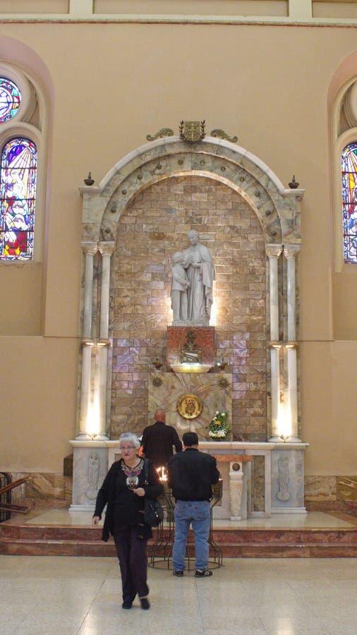 Autel dans la nouvelle cathédrale images libres de droits