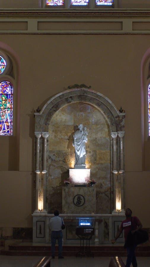 Autel dans la nouvelle cathédrale photos stock
