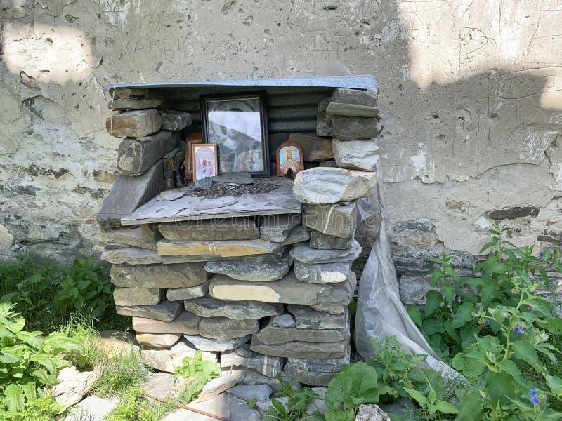 Autel dans la vieille église de l'hypothèse dans le village antique de Lisri en gorge de Mamison pendant l'été La Russie, Ossetia image stock