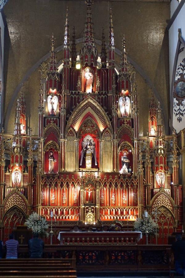 Autel dans une église catholique photographie stock