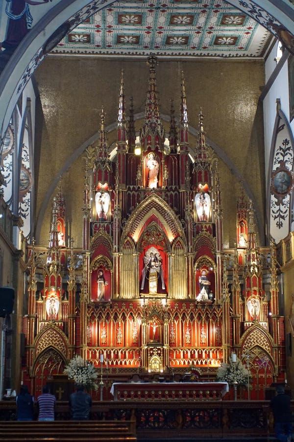 Autel dans une église catholique photos stock