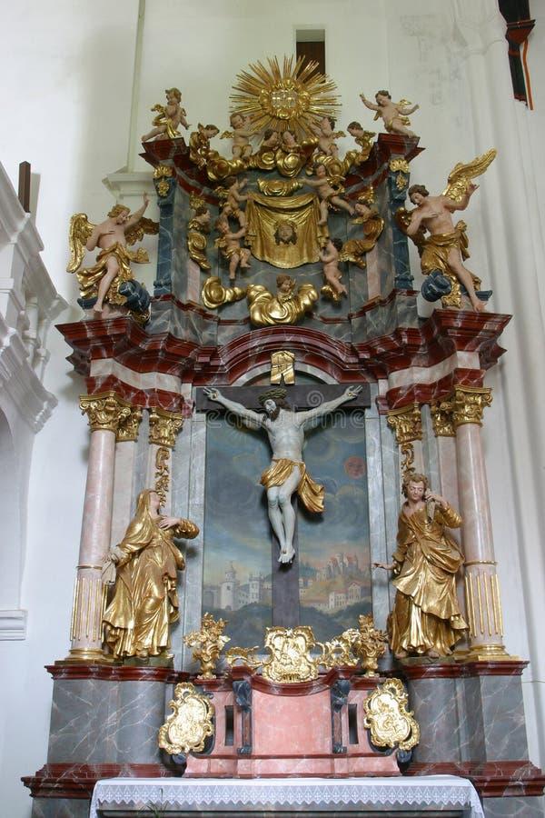 Autel de croix sainte dans l'église de la conception impeccable dans Lepoglava, Croatie photographie stock