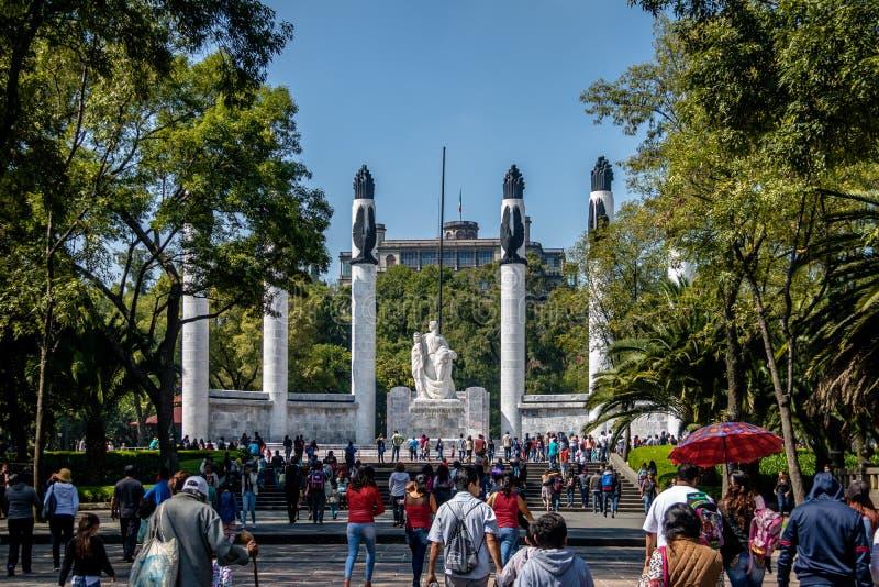Autel de la patrie avec le monument de héros de Ninos au parc de Chaputelpec - Mexico, Mexique photographie stock libre de droits