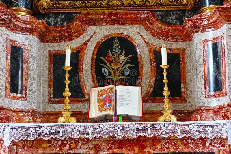 Autel de marbre avec la bible ouverte à Noël image libre de droits