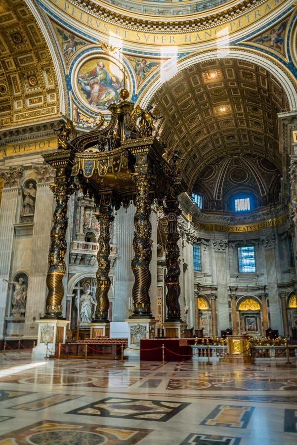 Autel en église de basilique de St Peter images stock