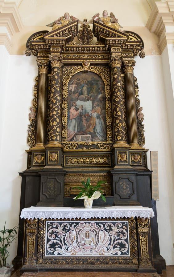 Autel en bois consacré au couronnement de la Vierge, W découpé photos stock