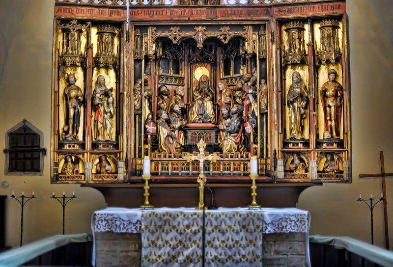 Autel en bois dans l'église du Saint-Esprit (havaimu de ¼ de PÃ) photos libres de droits
