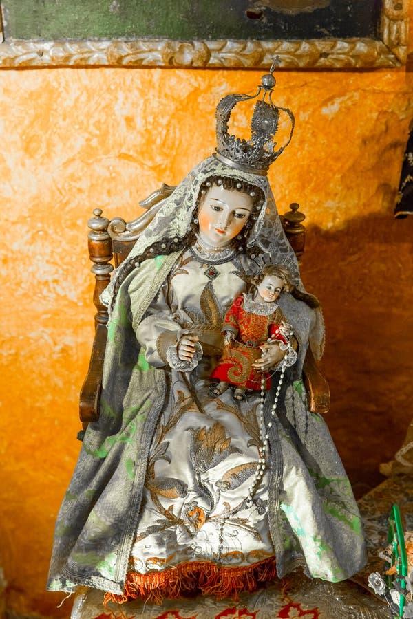 Autel et icônes dans la vieille église à Arequipa, Pérou, Amérique du Sud. Plaza de Armas d'Arequipa est une de belle au Pérou. photos stock