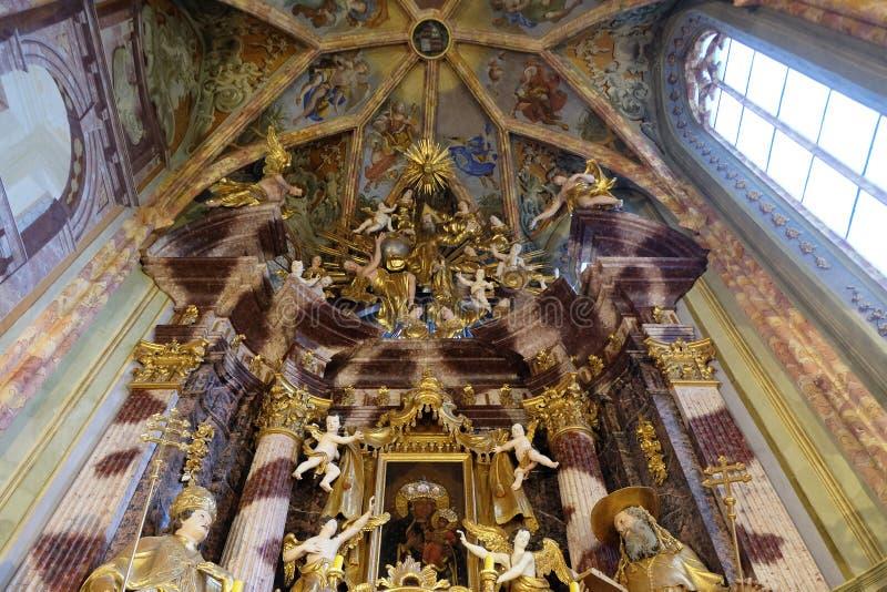 Autel principal dans l'église de la conception impeccable dans Lepoglava, Croatie images libres de droits