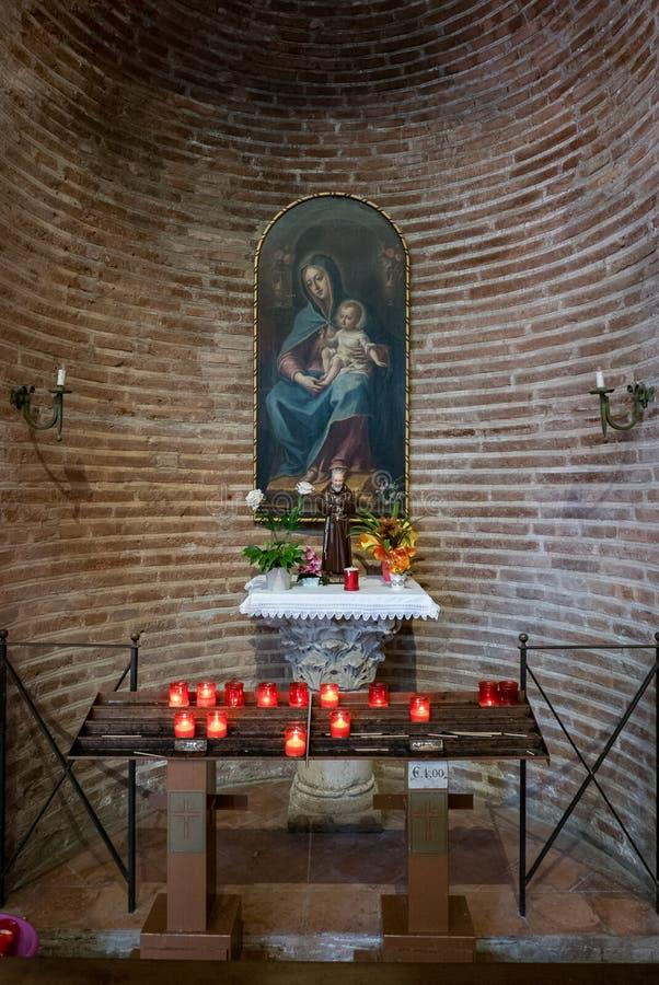 """Autel votif à l'intérieur de la basilique de Sant """"Apollinare dans Classe à Ravenne, Émilie-Romagne, Italie photographie stock libre de droits"""