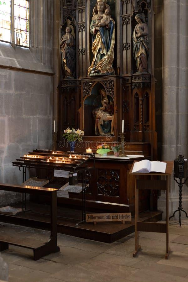 autel votif dans l'église photo stock