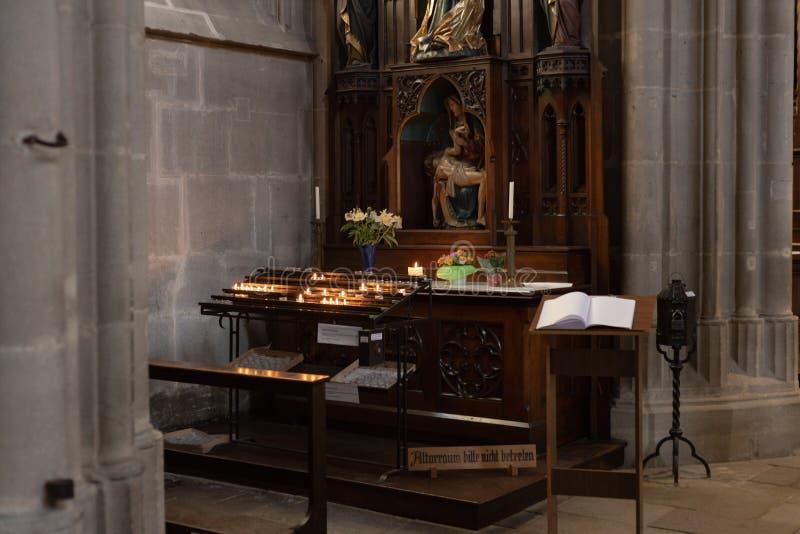 autel votif dans l'église image stock