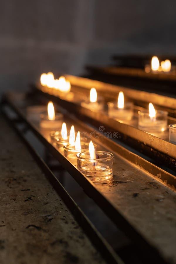 autel votif dans l'église photographie stock