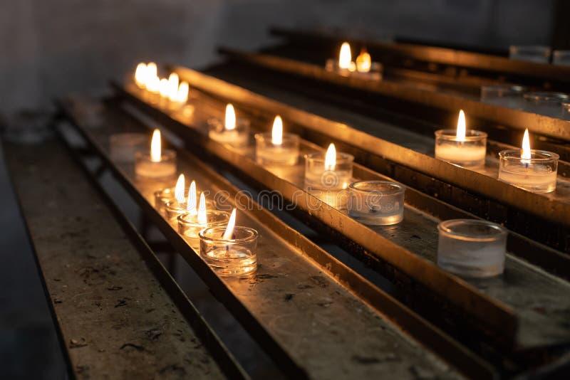autel votif dans l'église images stock