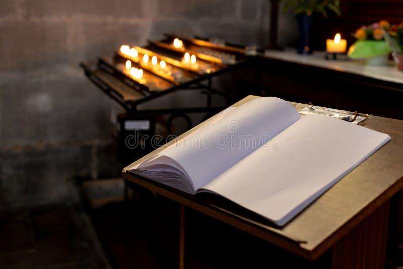 autel votif dans l'église avec le guestbook emtpy images stock