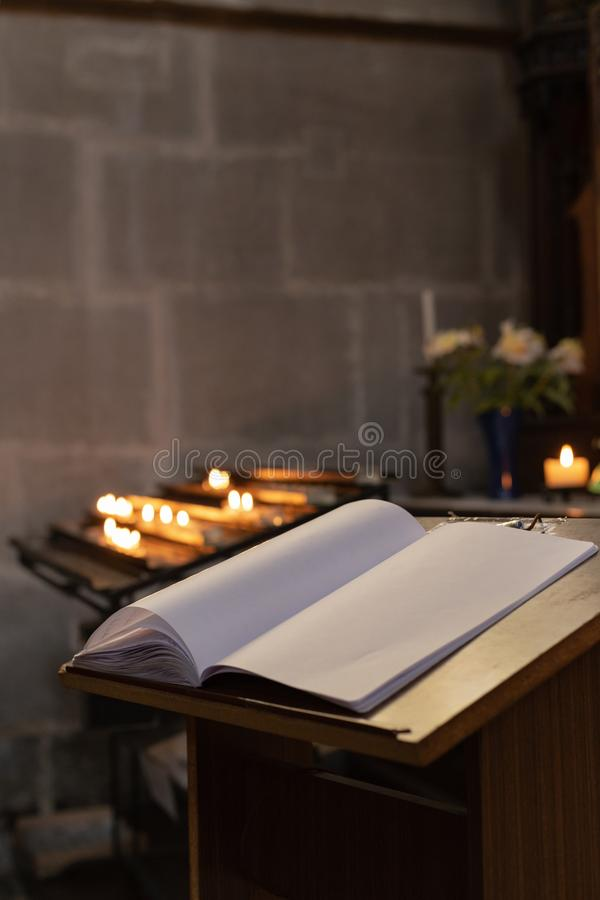 autel votif dans l'église avec le guestbook emtpy image libre de droits
