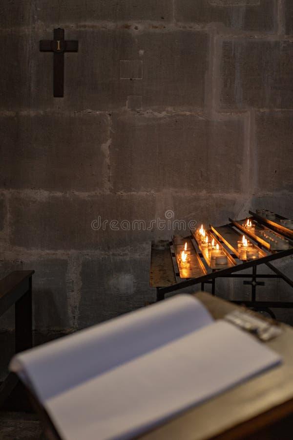 autel votif dans l'église avec le guestbook emtpy photographie stock