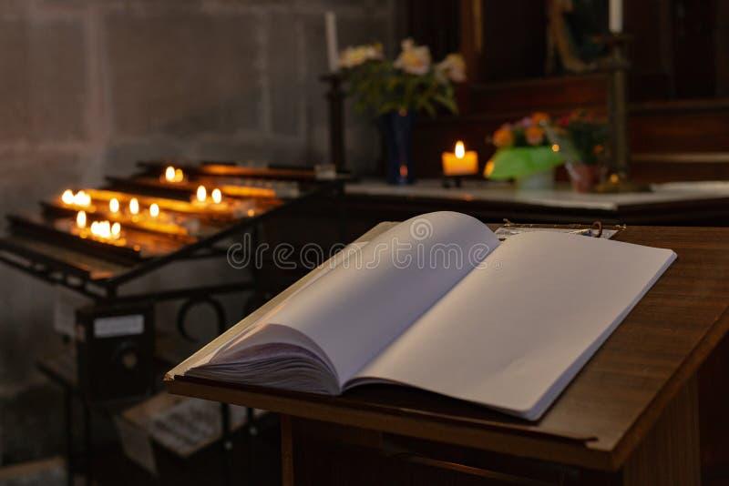 autel votif dans l'église avec le guestbook emtpy photographie stock libre de droits
