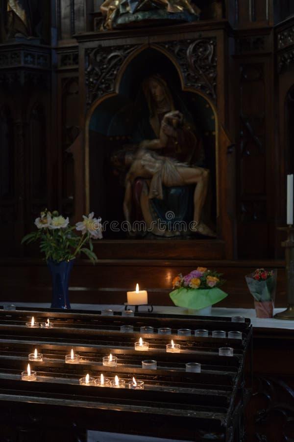 autel votif dans l'église avec les fleurs vertes et roses image libre de droits